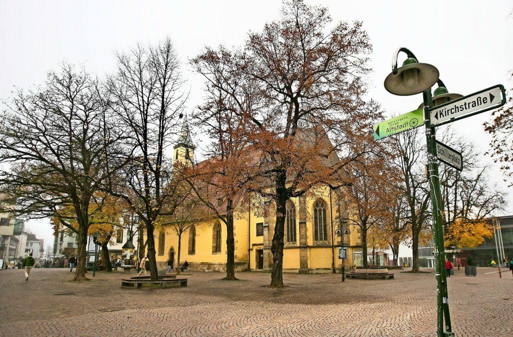 Jetzt ist der Kirchturm zu sehen, mit Laub verstellen die Bäume den Blick. Foto: Horst Rudel