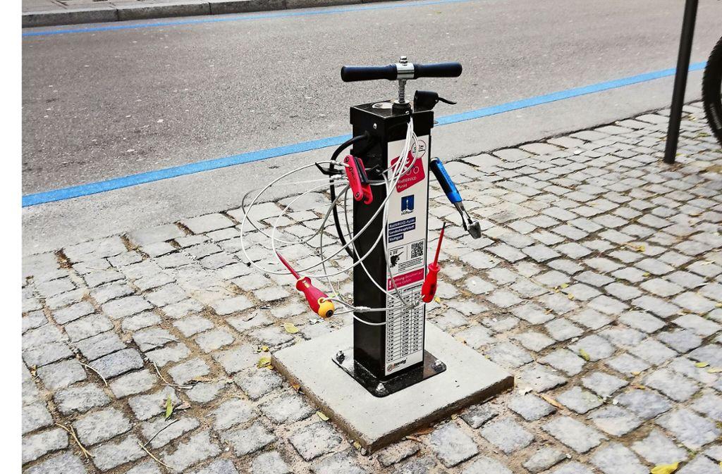 So sieht die Servicesäule für Radfahrer mit Werkzeug und Pumpe aus. Foto: /Cedric Rehman