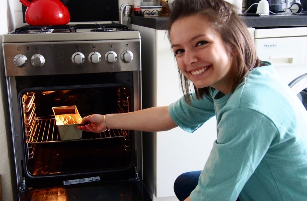 Ein Bananenbrot, das für gute Laune sorgt - auch bei Foodbloggerin Lisa Schölzel. Foto: Tanja Simoncev