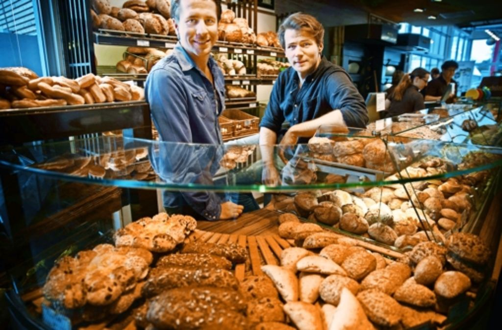 David M. Schulze (rechts) ist auf der Bühne und im wahren Leben – hier mit seinem Vetter Julian – eng mit dem Bäckerhandwerk verbunden. Foto: Gottfried Stoppel