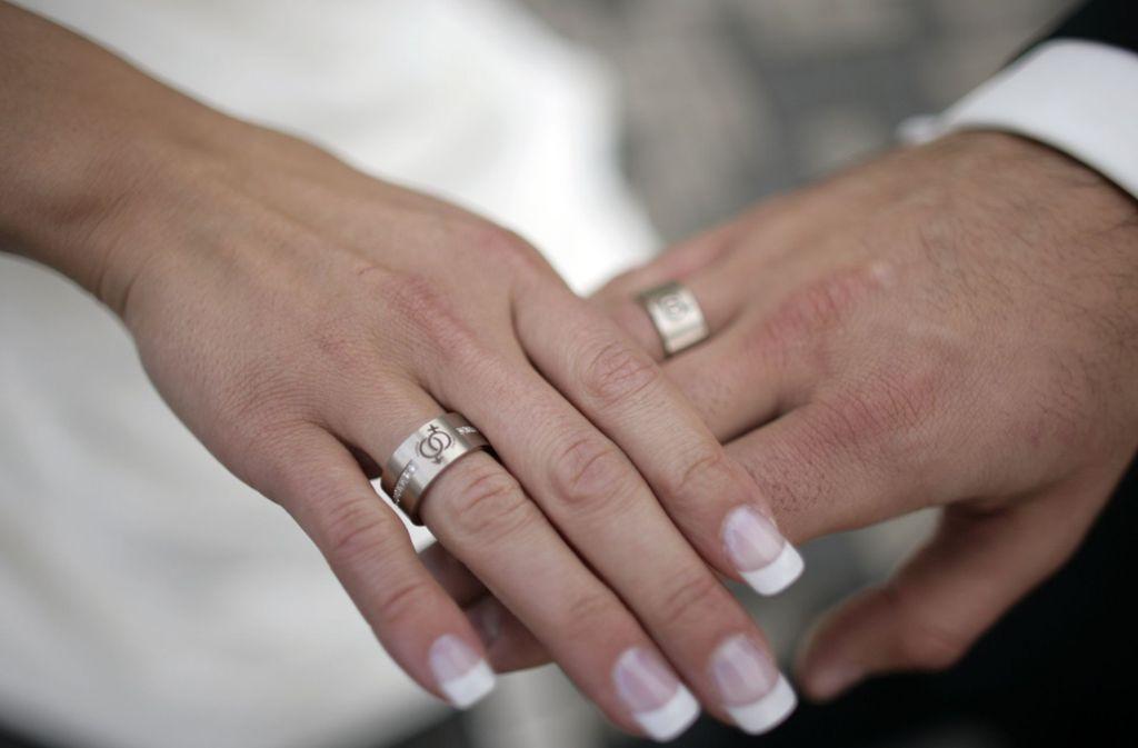 Den Bund fürs Leben schließen im Dezember mehr Paare als in sonst einem Monat. Das Thema Steuer könnte ein Grund dafür sein. Foto: dpa/Jörg Carstensen