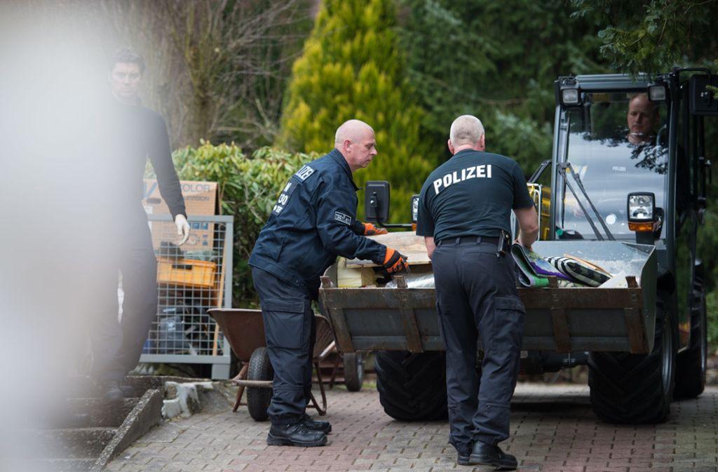 Auf dem ehemaligen Grundstück eines mutmaßlichen Serienmörders in Lüneburg sucht die Polizei nach Hinweisen auf weitere Verbrechen. Foto: dpa