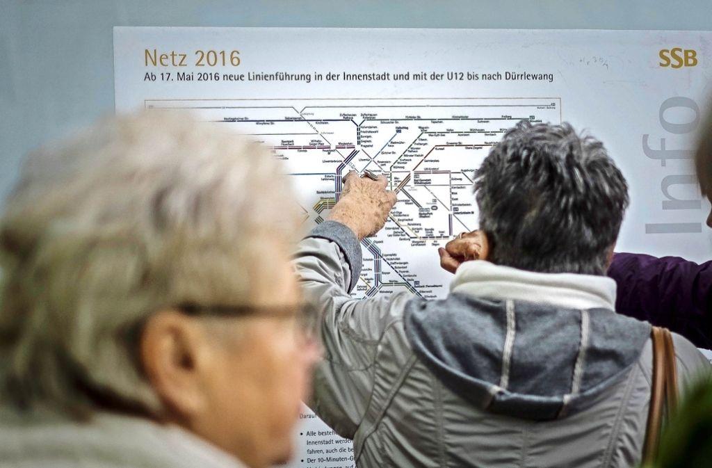 An großen Tafeln informieren sich die Fahrgäste über die neuen Strecken. Foto: Lg/Kovalenko