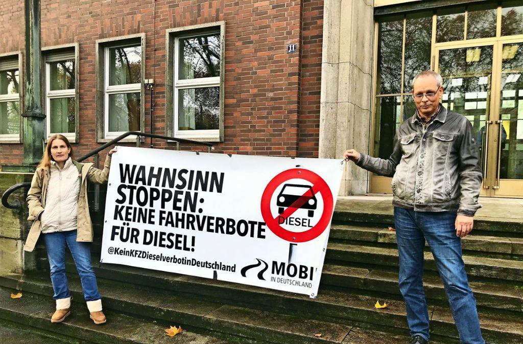 Vor dem VGH-Gebäude in Mannheim demonstrieren wenige Fahrverbots-Gegner. Foto: Bild: Rafael Binkowski