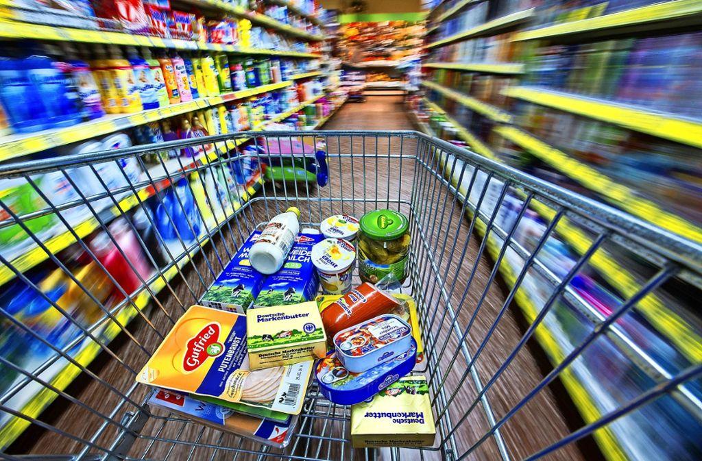 Wo kaufen Sie lieber ein? Im kleinen Laden ums Eck oder im großen Supermarkt, der alles hat? Foto: dpa