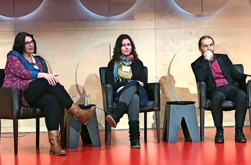 Pauluskirchen-Pfarrerin Sabine Löw (links)   mit Rundfunk-Pfarrerin Jennifer Berger und Gernot Meier  bei der Podiumsdiskussion im Hospitalhof Foto: Haar