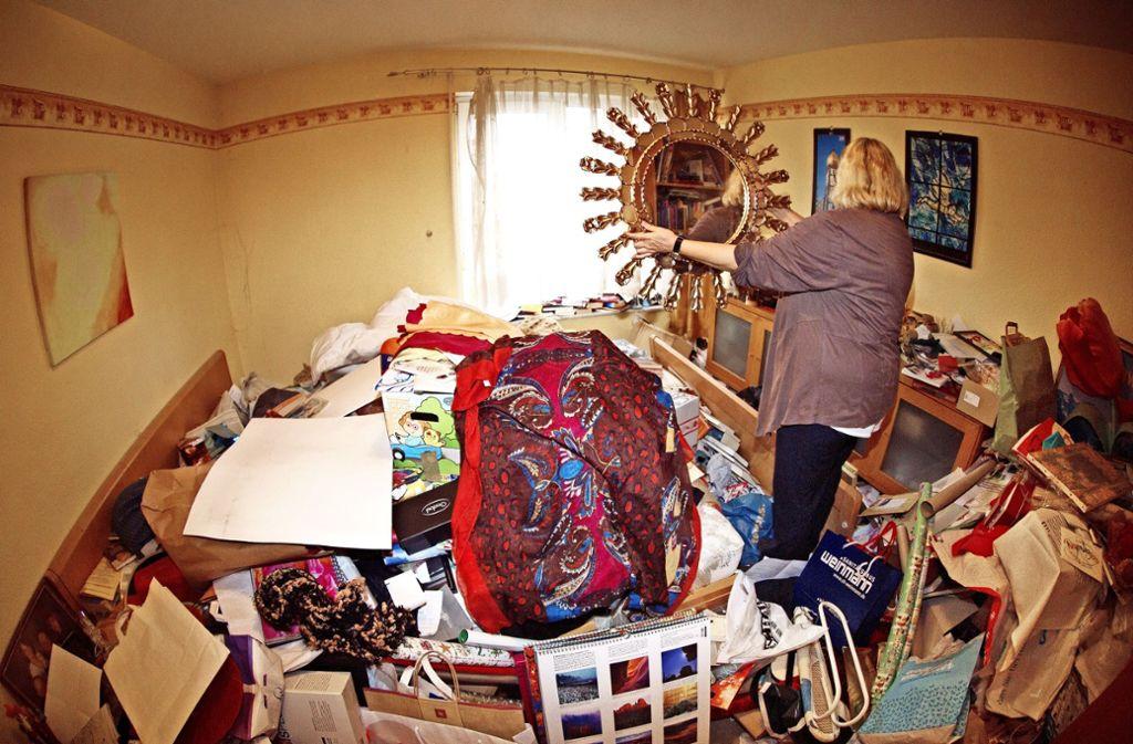 In ihrem Schlafzimmer kann Erika Müller (Name geändert) schon lange nicht mehr schlafen, weil sich auf dem Bett zu viel Kram angesammelt hat. Foto: Ines Rudel
