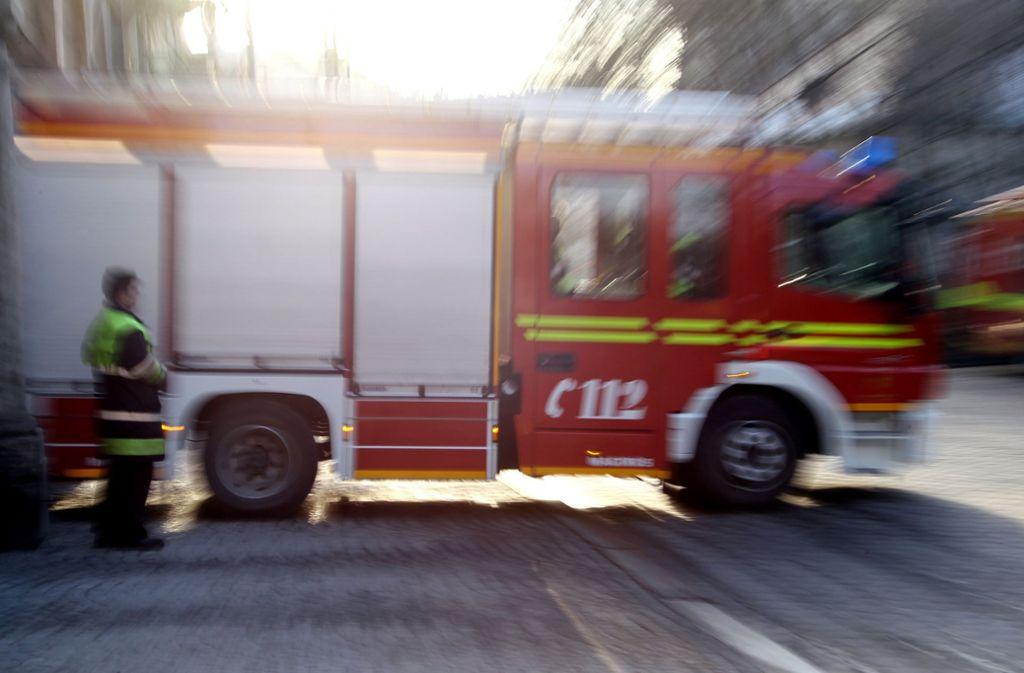 Die Feuerwehr in Freiberg musste am Samstag ein brennendes Auto löschen. Foto: dpa