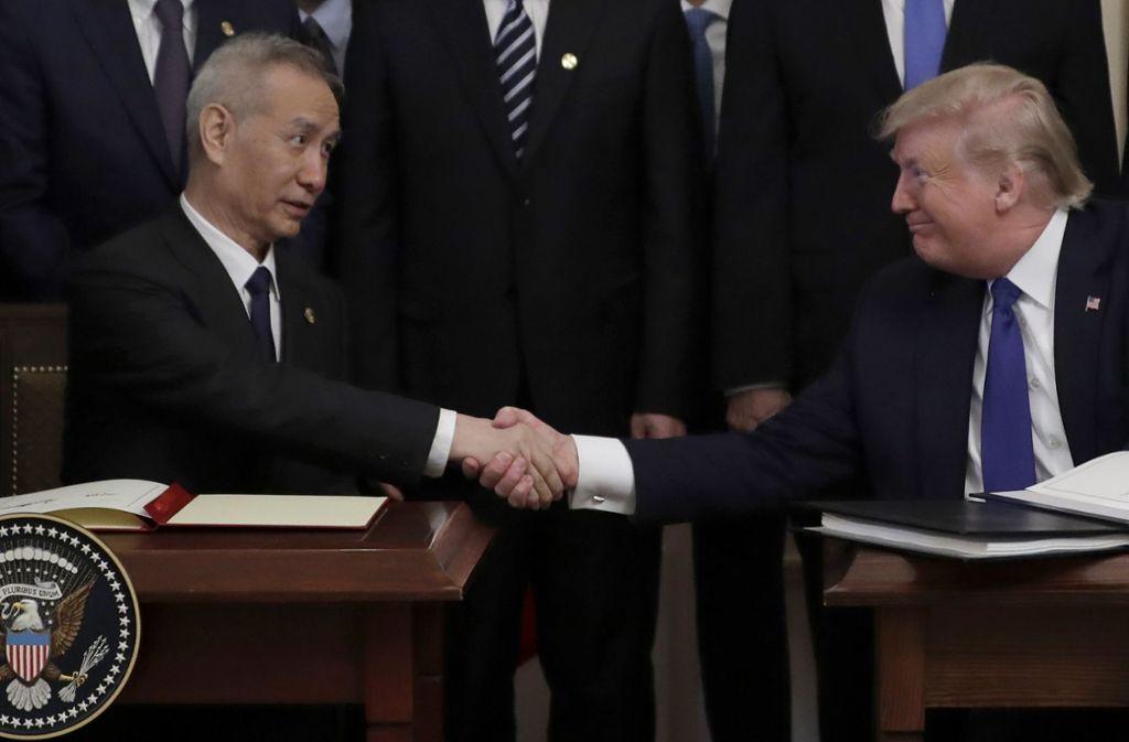 Donald Trump (rechts) und Liu He  nach der Unterzeichnung des Handelsabkommens Foto: dpa/Evan Vucci
