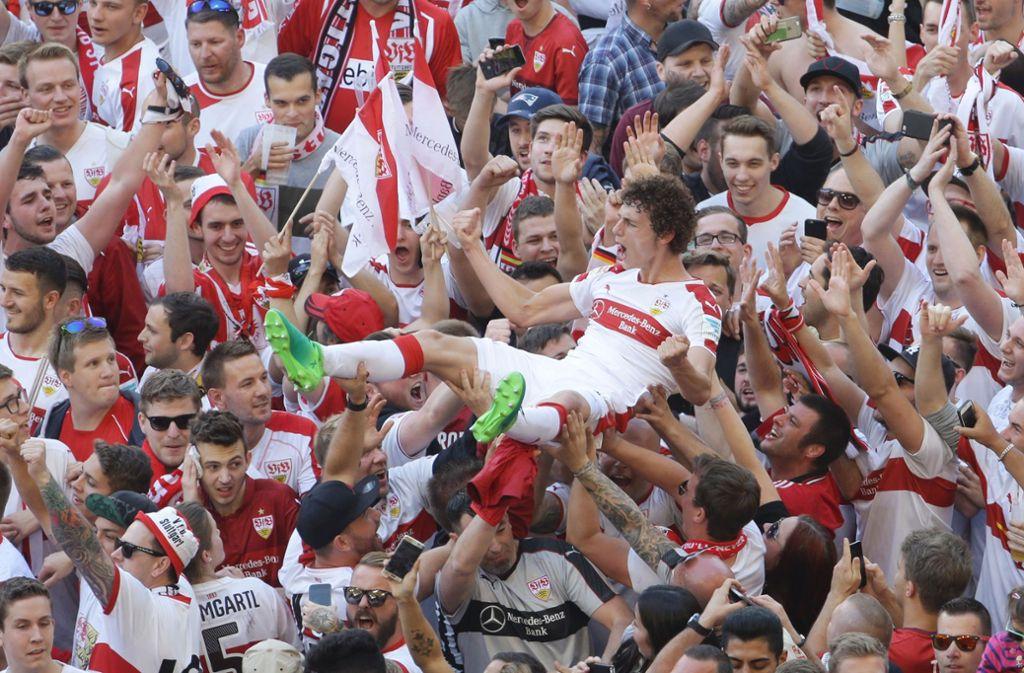 Die ihre Helden auf Händen tragen: Fans des VfB feiern Benjamin Pavard nach dem Aufstieg 2017. Foto: Baumann