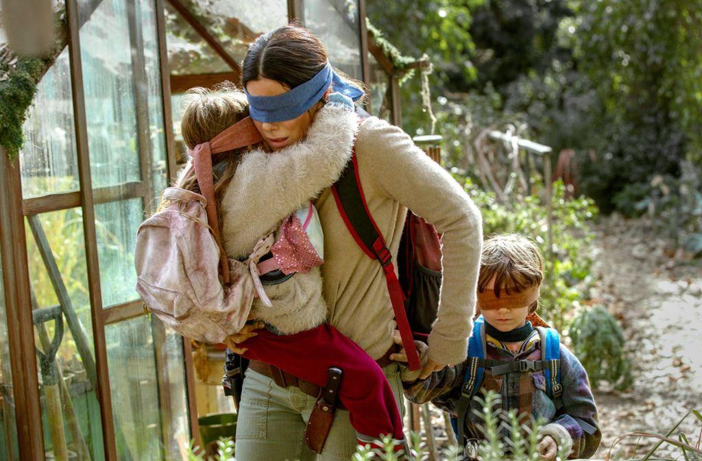 Auf der Flucht durch die Endzeit: Vivien Lyra Blair, Sandra Bullock, Julian Edwards (v. li.) Foto: Netflix