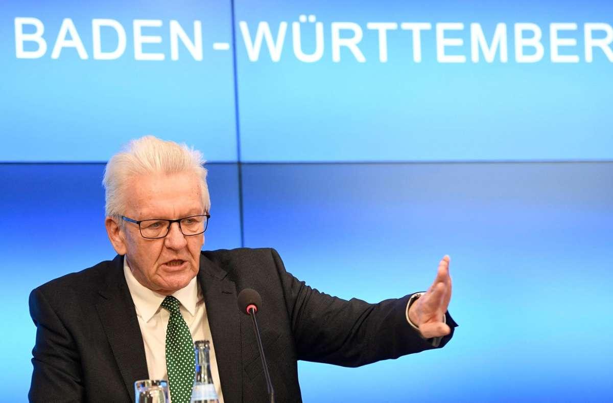 Winfried Kretschmann äußerte sich in einer Pressekonferenz zur Corona-Lage. Foto: AFP/THOMAS KIENZLE