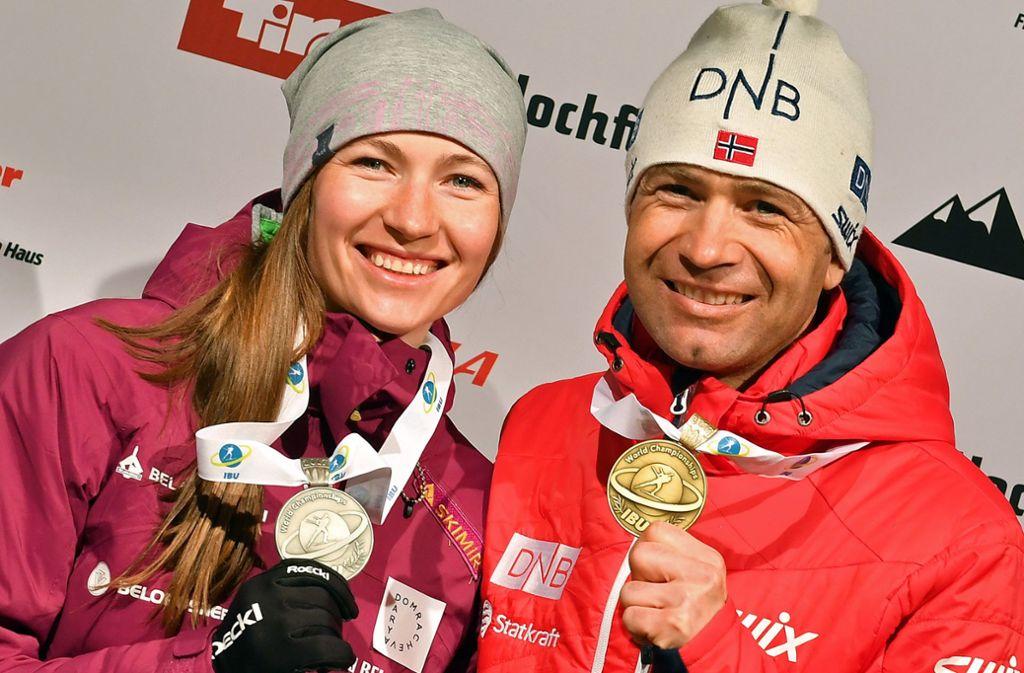 Vor drei Jahren waren beide noch aktiv: Darja Domratschewa und Ole Einar Björndalen präsentieren bei der WM 2017 in Hochfilzen stolz ihre Medaillen. Foto: dpa/Martin Schutt