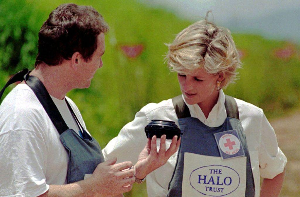 Im Januar 1997 schritt  Diana, Prinz Harrys Mutter,  durch ein gesichertes Minenfeld bei der Stadt Huambo.  Prinz Harry wird nun denselben Ort mit demselben Sprengmeister besuchen, der seine Mutter einst begleitete. Foto: Antonio Cotrim/epa/dpa/Antonio Cotrim