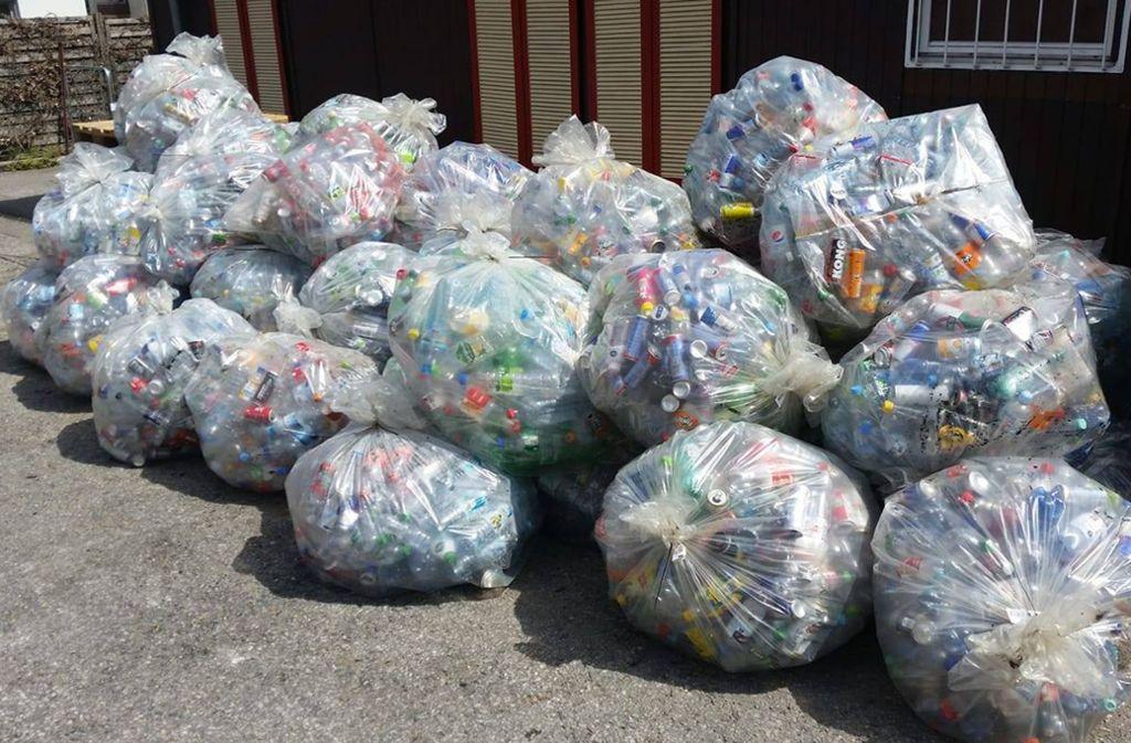 Dutzende Säcke mit Einwegplastikflaschen liegen im Hof von Hans-Peter Kastners Firma. Foto: Hans-Peter Kastner