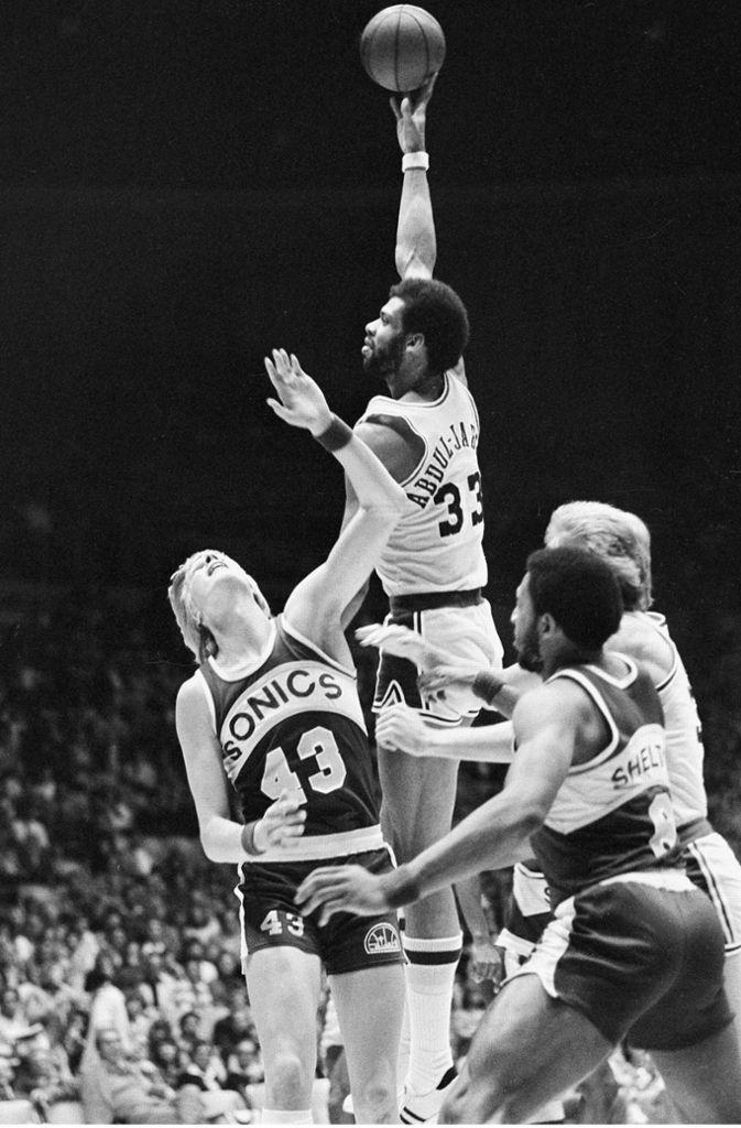 Unangefochtene Nummer eins der All-time-Scorer in der NBA: Kareem Abdul-Jabbar. Abdul-Jabbar wurde 1995 mit der Aufnahme in die Naismith Memorial Basketball Hall of Fame als Spieler geehrt und seine 38 387 Punkten sind bis heute unerreicht. Der 2,18 große Center spielte in seiner aktiven Zeit für die Milwaukee Bucks (1969 – 1975) und die Los Angeles Lakers (1975 – 1989). Mit den Lakers gewann der sechsmalige MVP auch sechs NBA-Meisterschaften. 2016 verlieh ihm Ex-US-Präsident Barack Obama die Presidential Medal of Freedom. Foto: AP