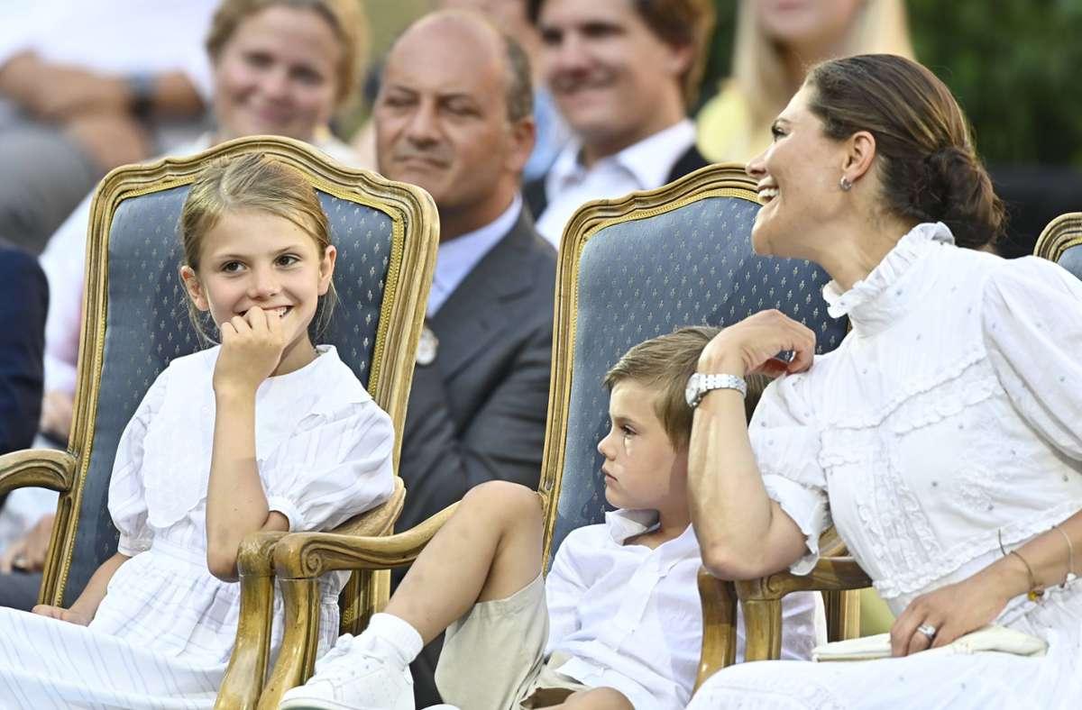 Das Geburtstagskind Kronprinzessin Victoria scherzt mit ihren Kindern, Prinzessin Estelle und Prinz Oscar. Foto: imago images/TT/Mikael Fritzon