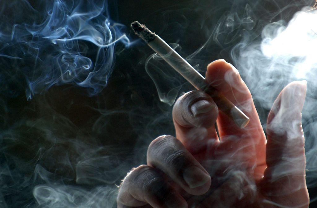 Trotz Rauchverbots steigen die Zahlen von Arbeitnehmern, die sich Passivrauchen ausgesetzt sehen. Foto: dpa