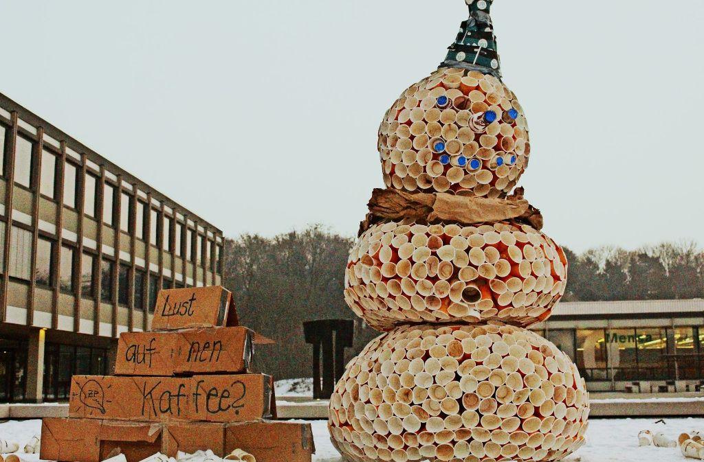 """Der Schneemann """"ToGo Tom"""" besteht aus mehr als 1500 Kaffeebechern. Foto: privat"""