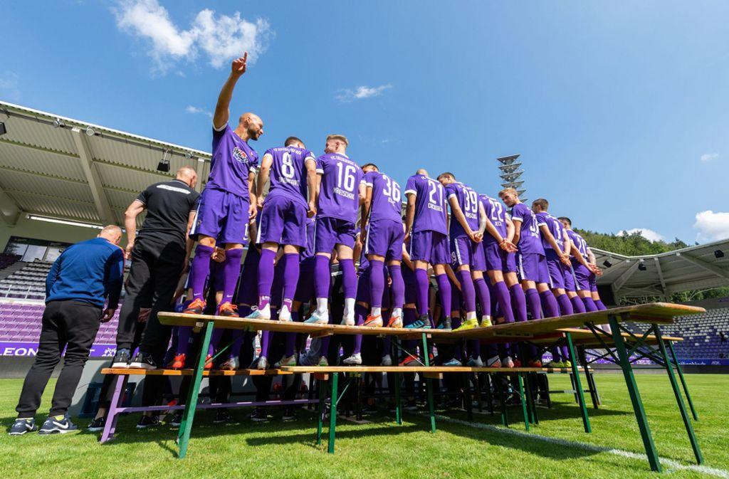 Dass Erzgebirge Aue zuhause in lila spielt, dürfte die wenigstens Fans überraschen. Foto: dpa