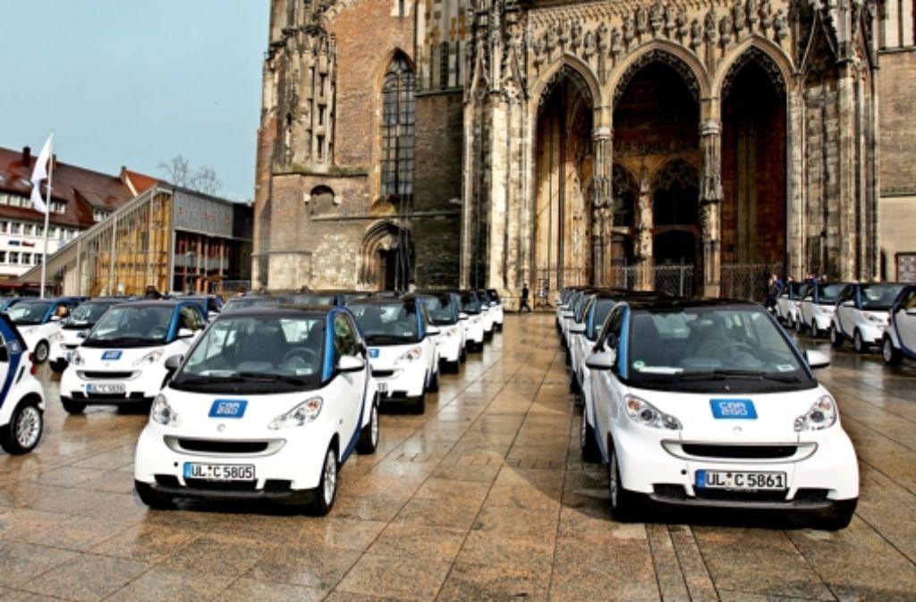 Bei der Einführung 2009 setzte Daimler  seine weiß-blauen Smarts auf dem  Ulmer Münsterplatz in Szene. Foto: Daimler