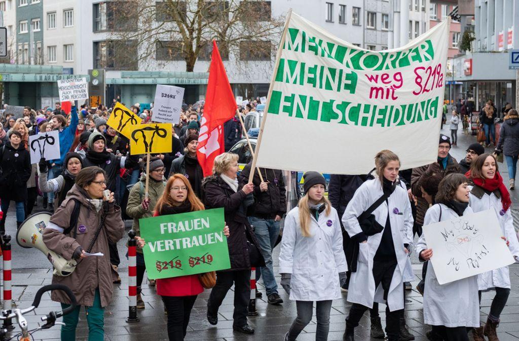 Im vergangenen Jahr sind bundesweit Menschen auf die Straße gegangen, um gegen das sogenannte Werbeverbot für Schwangerschaftsabbrüche zu demonstrieren. Foto: epd/Rolf K. Wegst