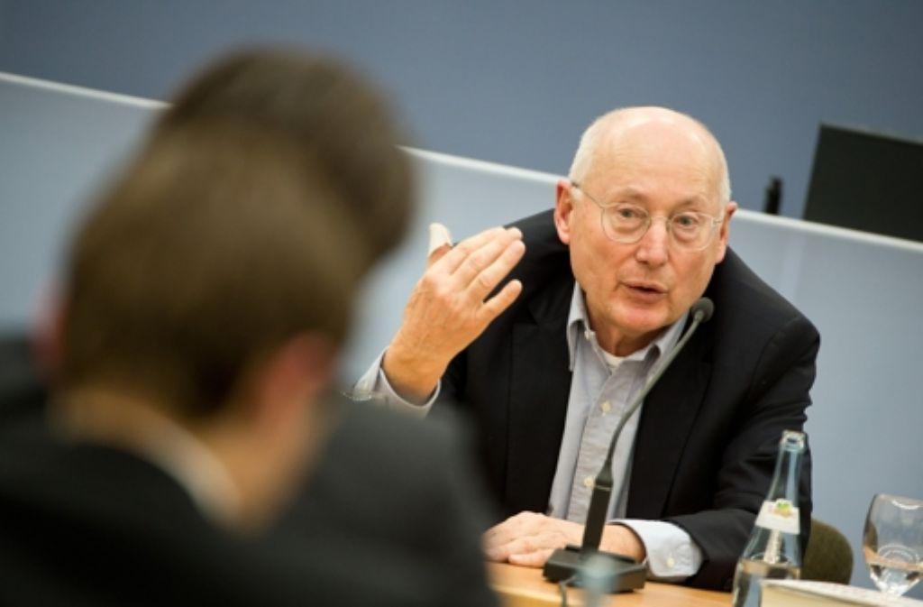 Stefan Aust, Journalist und Herausgeber der Tageszeitung Die Welt, spricht am Montag in Stuttgart als Zeuge vor dem Untersuchungsausschuss Rechtsterrorismus/NSU BW.  Foto: dpa