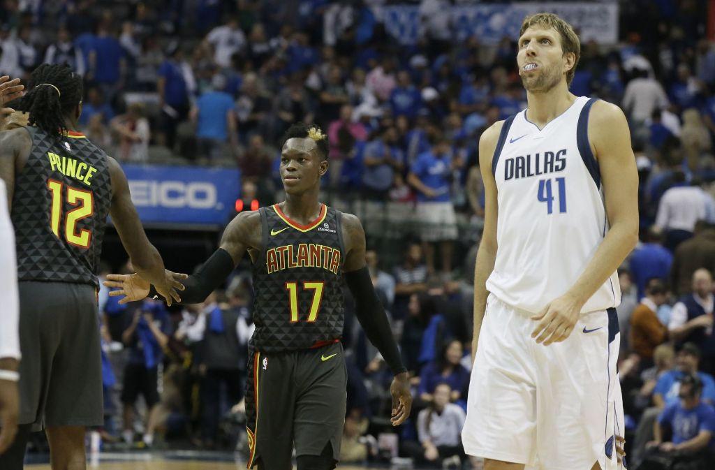 Dennis Schröder (Mitte) konnte mit seinen Atlanta Hawks gegen die Dallas Mavericks und Dirk Nowitzki gewinnen. Foto: AP