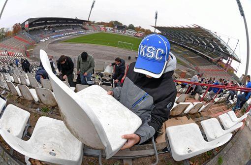 Fans schrauben Sitze im Wildparkstadion ab
