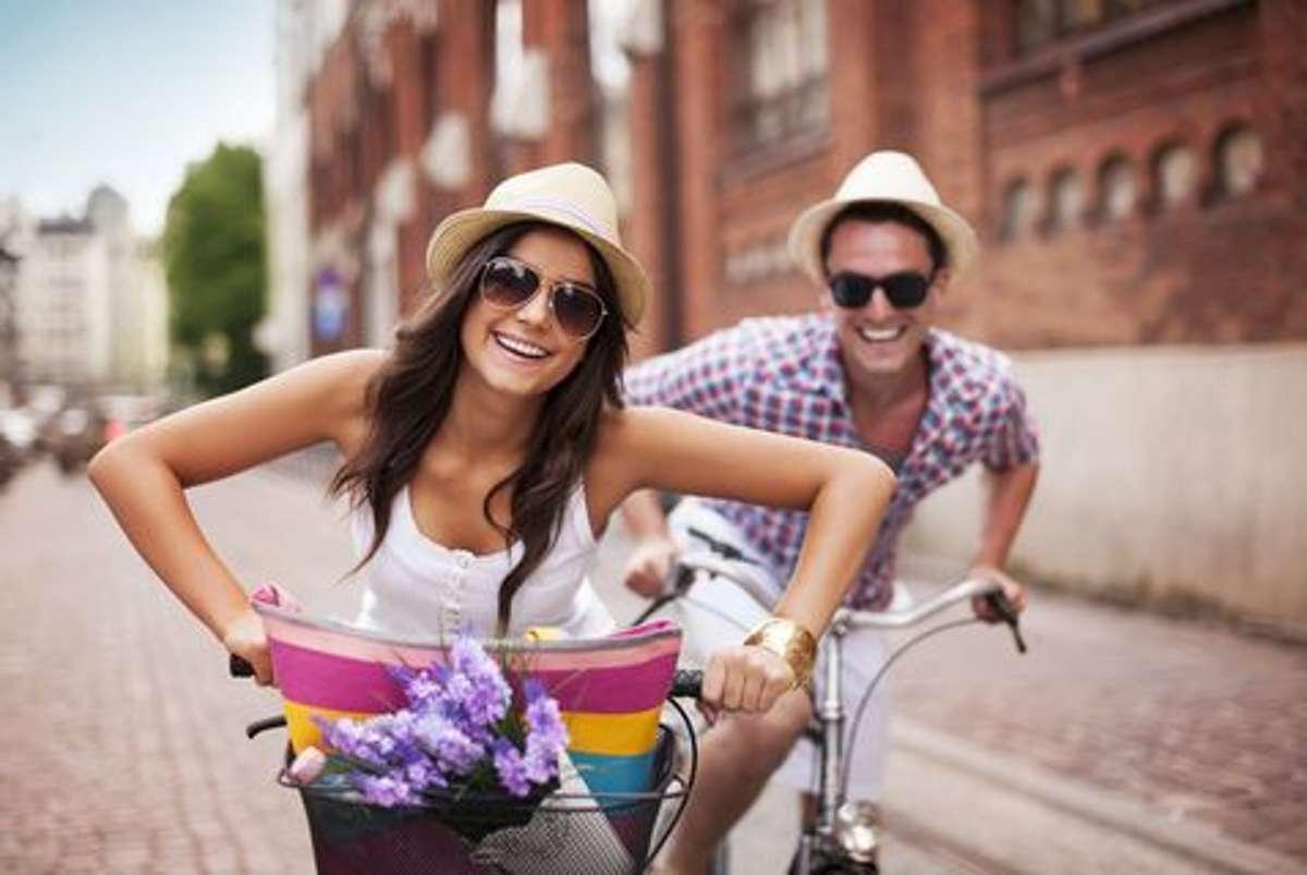 Weil es einfach Spaß macht: Wer sich die Mühe, macht, schöne Routen zu suchen und ruhig bleibt, wenn einmal ein Auto auf dem Radweg parkt, wird merken, dass Radfahren in den meisten Fällen die gute Laune hebt. Meistens kommt man mit besserer Stimmung an, als man losgefahren ist. Zumindest dann, wenn man nicht in einen Regenschauer geraten ist. Foto: Shutterstock/gpointstudio