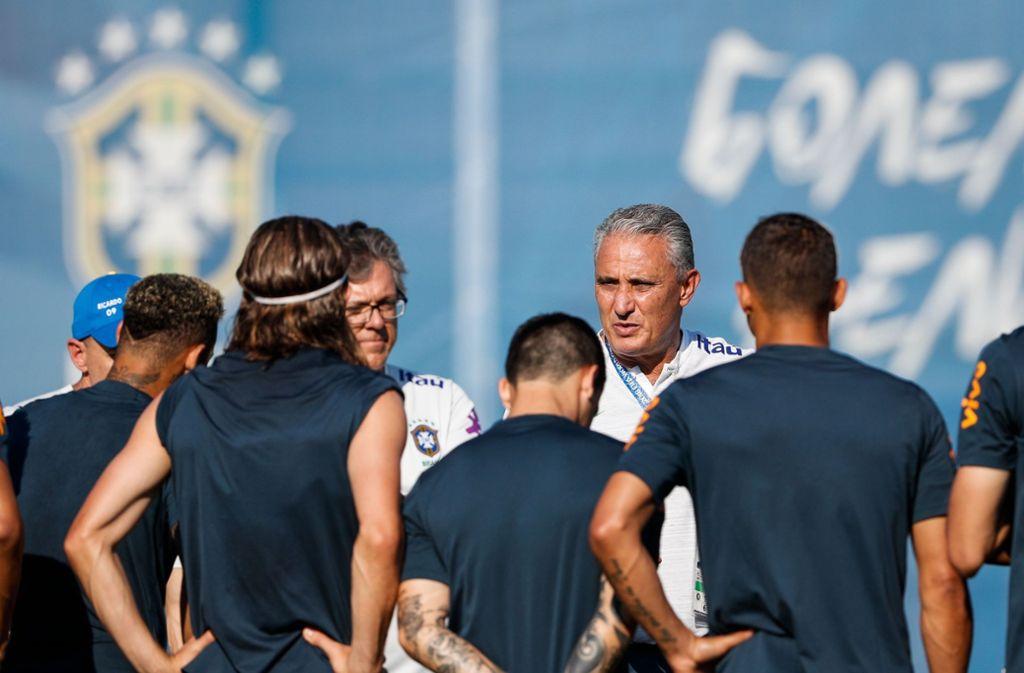 Tite im Kreise seiner Mannschaft Foto: AFP