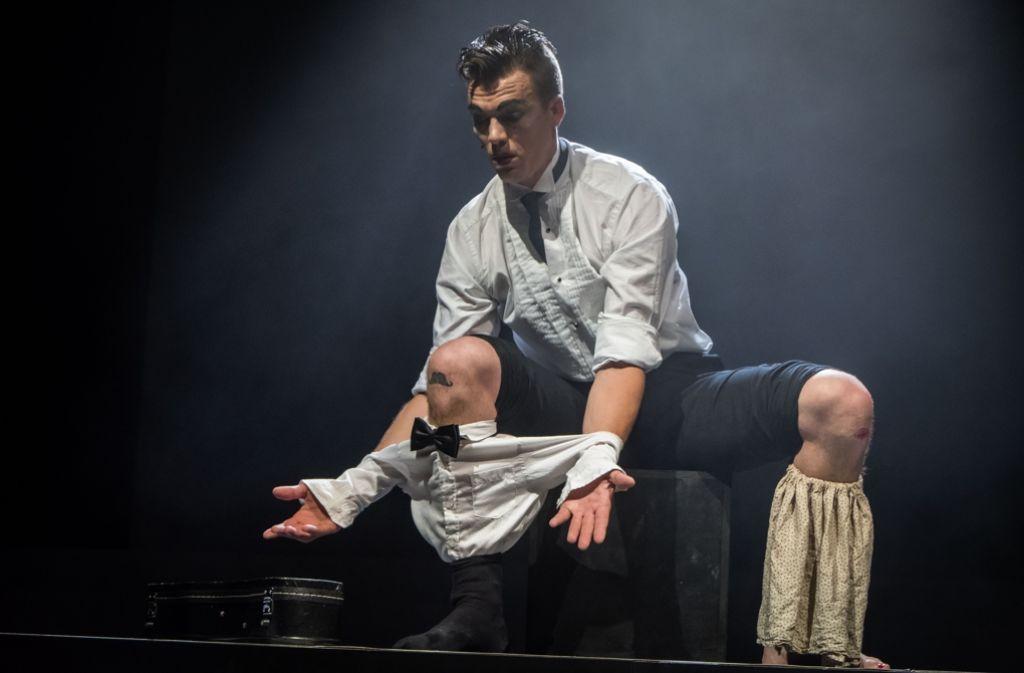 Ferkel Johnson im Friedrichsbau mit seinem Knie-Tanz. Foto: Lichtgut/Achim Zweygarth