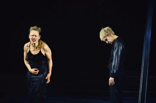 Dunkler Hass: Anja Schneider als Elektra (links)  und Sandra Gerling als Orest Dunkler Hass:   Anja Schneider als Elektra (links) und Sandra Gerling als Orest Foto: Conny Mirbach