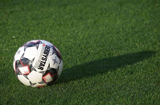Fußballer klärt zweimal heldenhaft auf der Linie