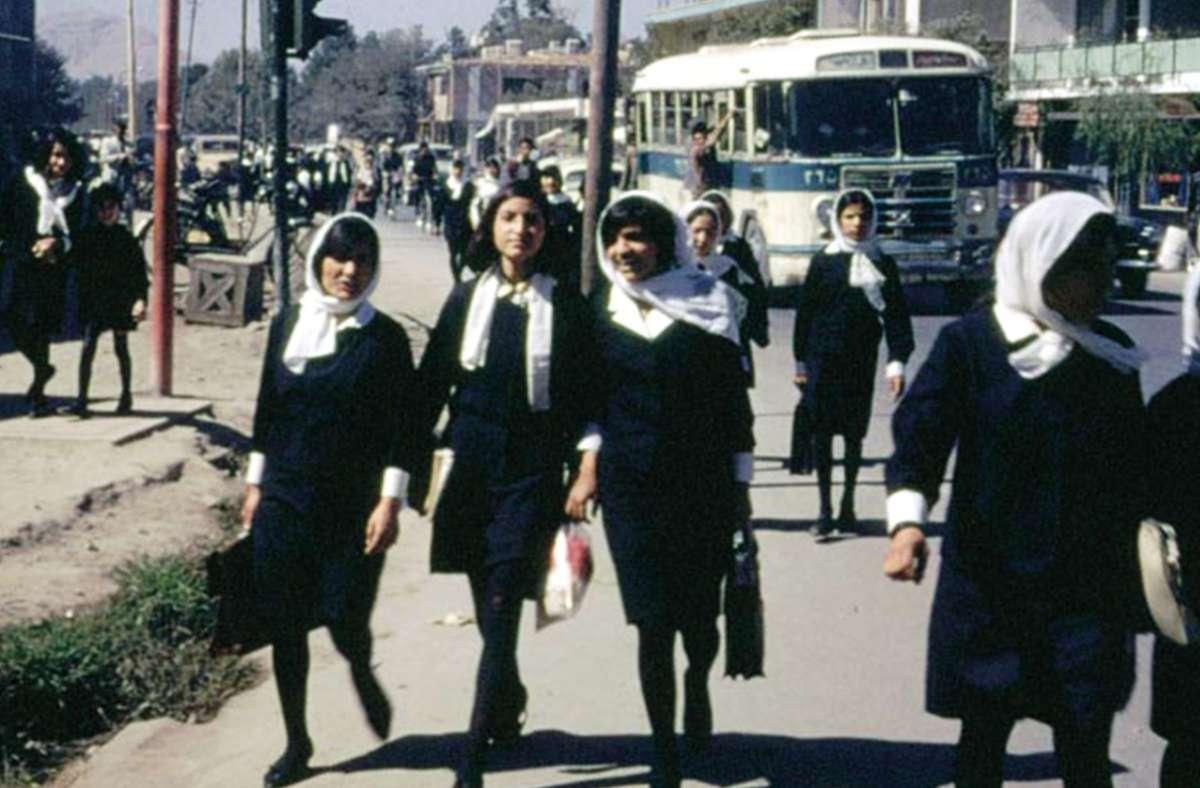 Afghanistan vor den Taliban: Frauen auf dem Weg zur Uni, locker getragene Kopftücher oder offenes Haar, halblange und auch mal kurze Röcke Foto: NDR/Dr. Bill Podlich