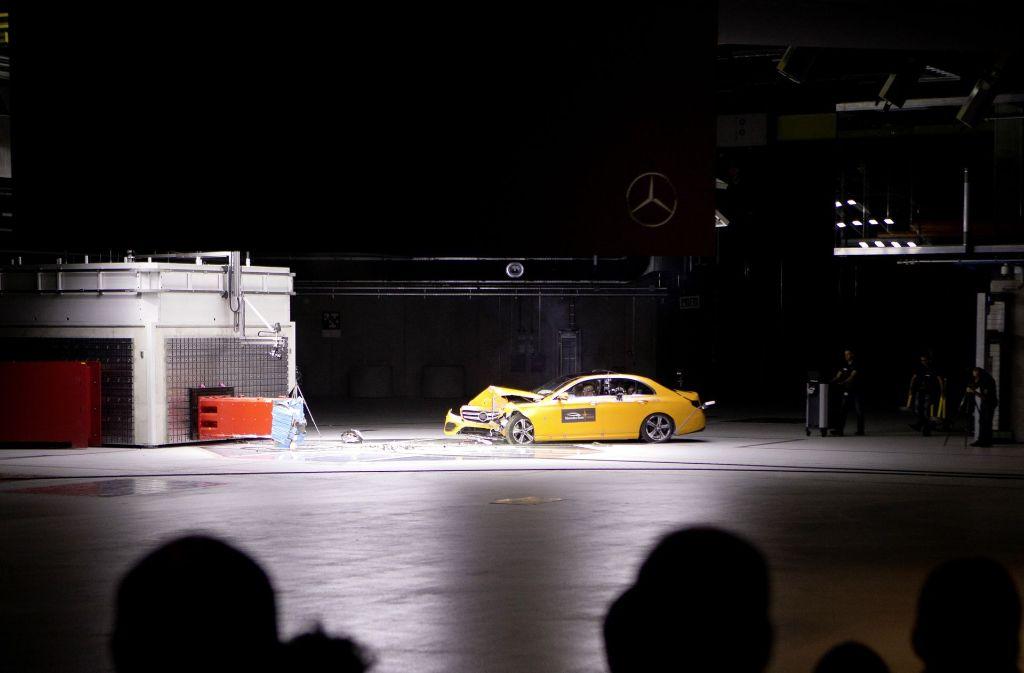 Auf durchschnittlich 64 Stundenkilometer wird der Mercedes beschleunigt, ehe er gegen den Crashblock kracht. Foto: MediaPortal Daimler AG