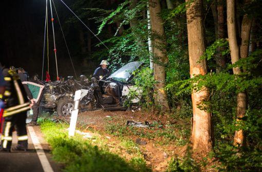 Auto kracht gegen Baum – drei junge Männer sterben