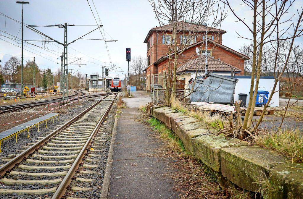 """Früher hat auf dem """"Hausbahnsteig"""" mal die Dampflok gehalten. Jetzt soll er für die Hesse-Bahn ertüchtigt werden. Foto: factum/Granville"""