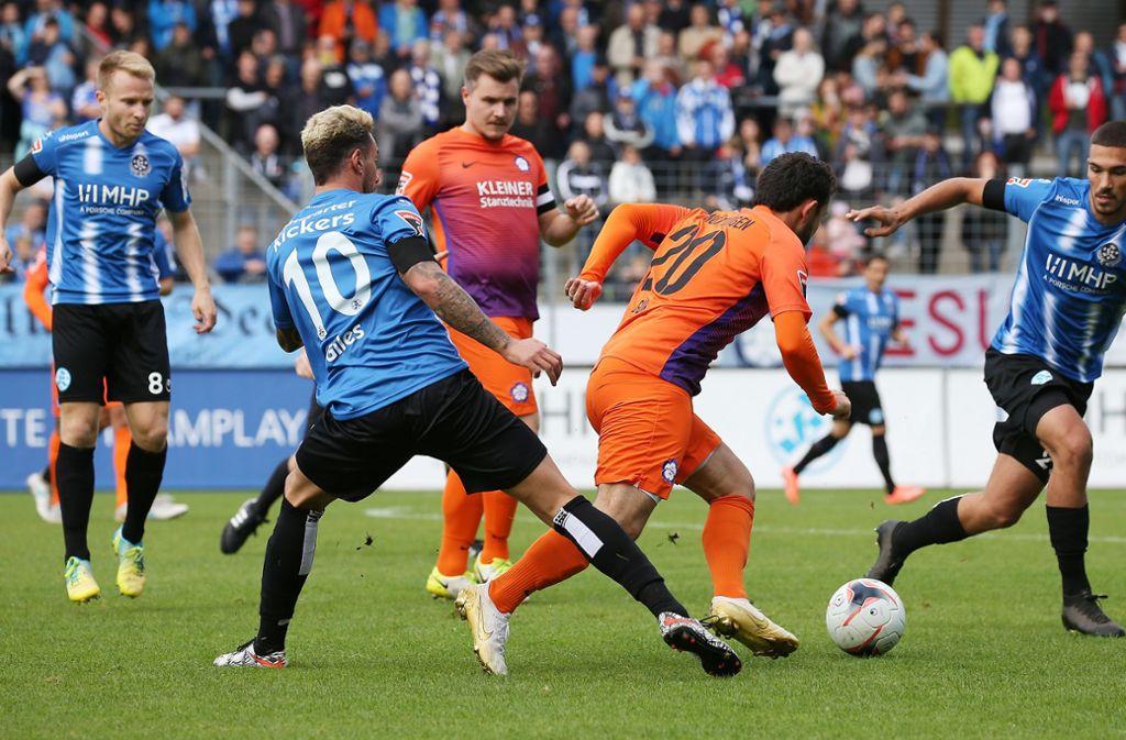 Der Oberligist FC Nöttingen mit Kapitän Timo Brenner (im Hintergrund) fordert das vorzeitige Saisonende. Foto: Pressefoto Baumann/Alexander Keppler