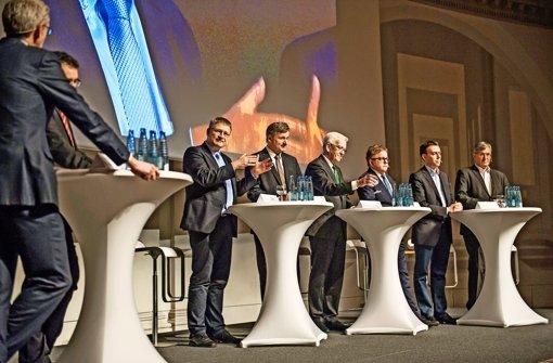 Die Reihe der Diskutanten: Jörg Meuthen (AfD, von links), Hans-Ulrich Rülke (FDP), Winfried Kretschmann (Grüne), Guido Wolf (CDU), Nils Schmid (SPD) und Bernd Riexinger (Linke) – ganz links die beiden Diskussionsleiter, StZ-Chefredakteur Joachim Dorfs und der landespolitische Chefkorrespondent der StZ, Reiner Ruf Foto: Lichtgut/Max Kovalenko