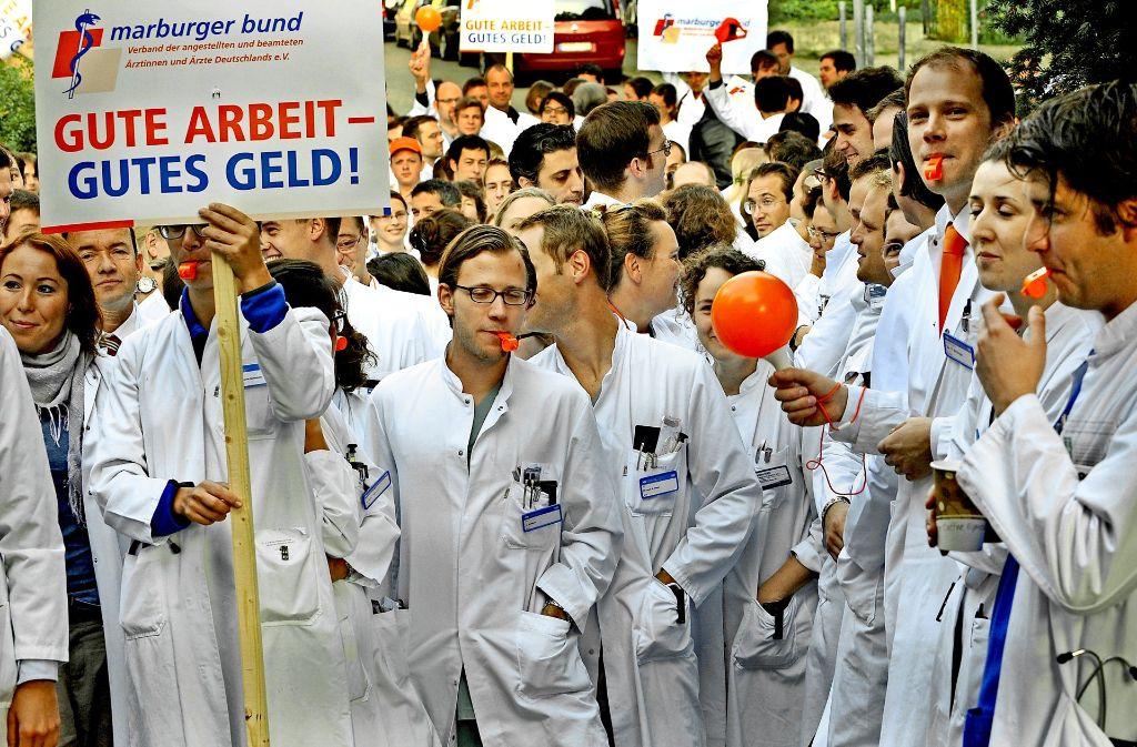 Bessere Tarifvereinbarungen in den Kliniken wollen Verdi und der Marburger Bund (hier bei einer Protestaktion der Ärztegewerkschaft in München) künftig nicht gegeneinander erkämpfen. Foto: dpa