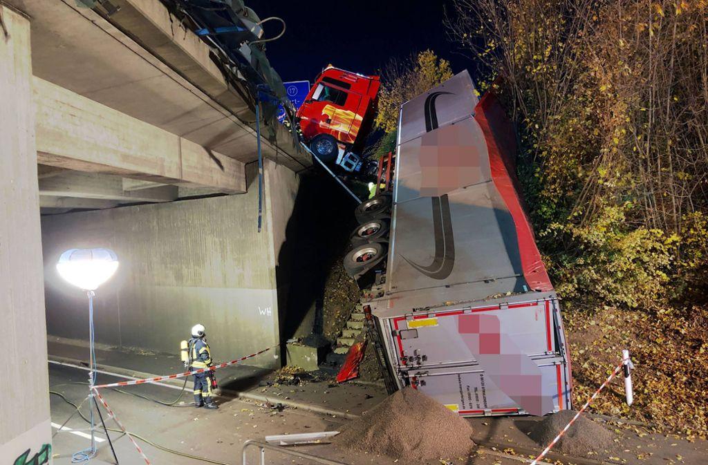 Auf der A81 hat es einen schweren Unfall gegeben – ein Lkw ist von der Autobahn auf die Landesstraße gerutscht. Foto: 7aktuell.de/Simon Adomat