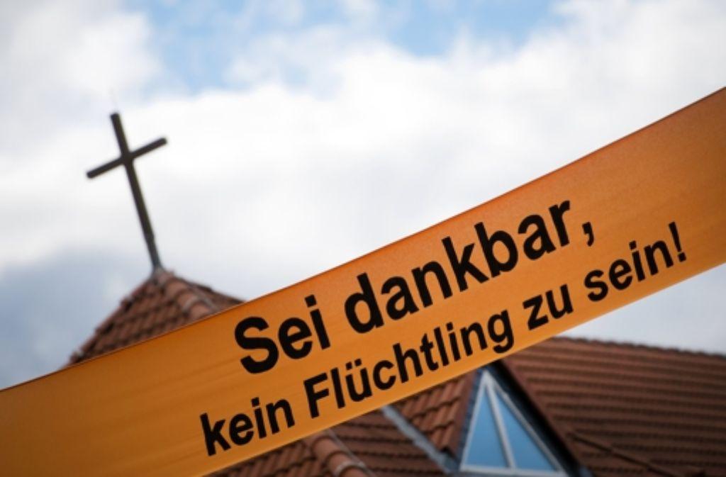 Ein Banner an einer Kirche im sächsischen Kamenz sagt, wie man hier über Flüchtlinge denkt. Foto: dpa-Zentralbild