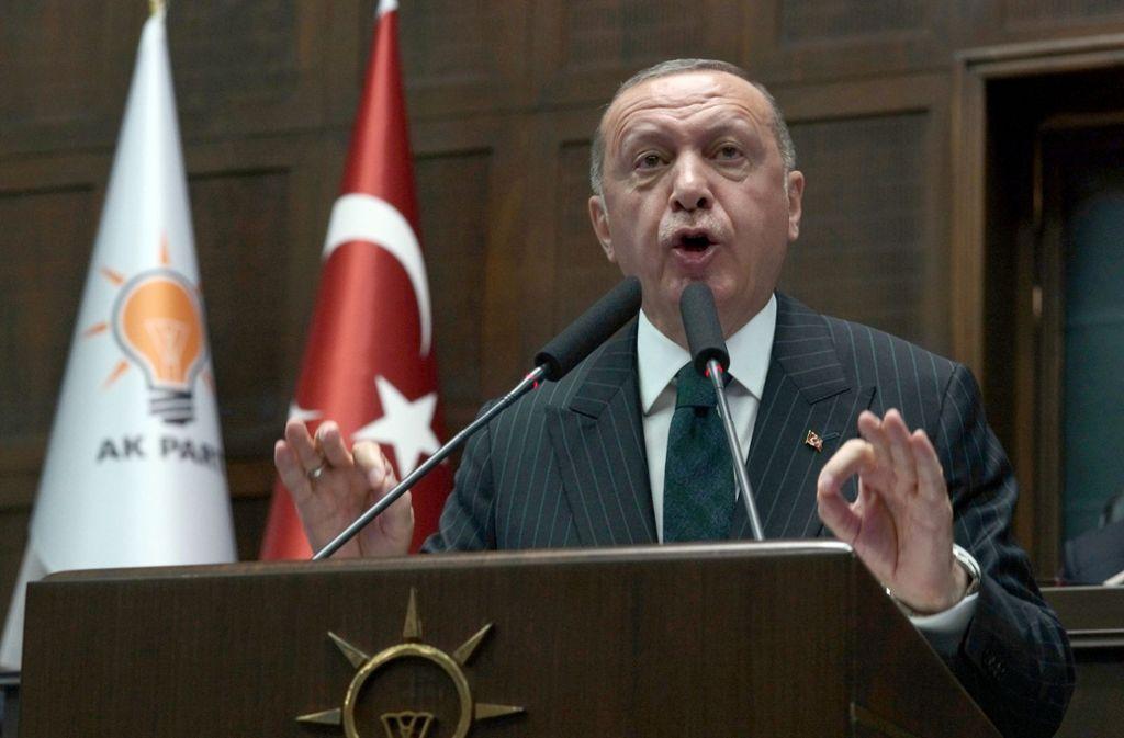 Präsident Recep Tayyip Erdogan akzeptiert den Wahlerfolg des neuen Bürgermeisters von Istanbul. Foto: Burhan Ozbilici/AP/dpa