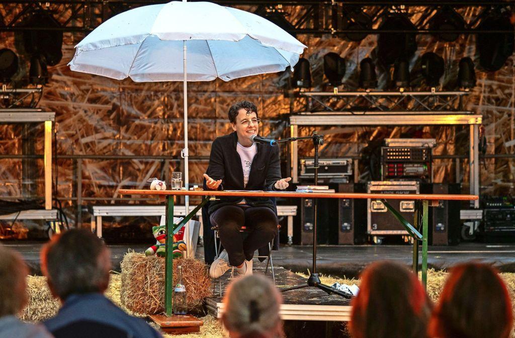 Adrienne Braun braucht nur Tisch und Stuhl, um ihrem Publikum auf dem Strohländle einen unterhaltsamen Abend zu bereiten. Foto: factum/Weise