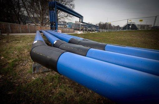 Wie sauber ist das Grundwasser, das durch die blauen Rohre fließt? Foto: Achim Zweygarth