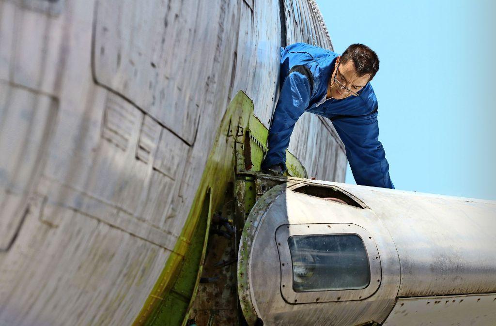 Deutsche Techniker der Lufthansa helfen dabei. Foto: AFP