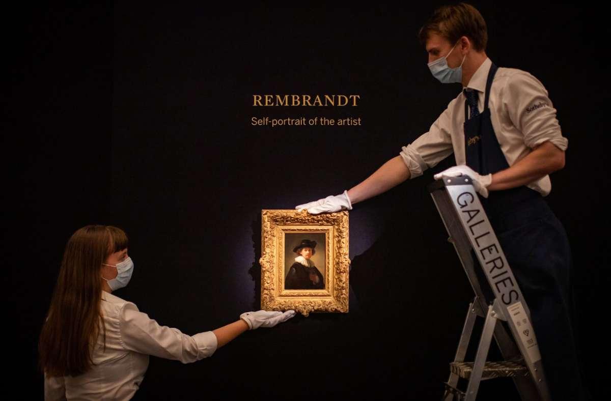 Kaum größer als ein fettes Smartphone: Rembrandts Selbstbildnis aus jungen Jahren. Foto: dpa/Aaron Chown