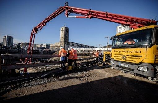 Mit einem langen Ausleger einer Betonpumpe wird das Baumaterial in die Bahnhofsgrube transportiert. Weitere Eindrücke von der Baustelle am Hauptbahnhof zeigt die folgende Fotostrecke. Foto: Lichtgut/Leif Piechowski
