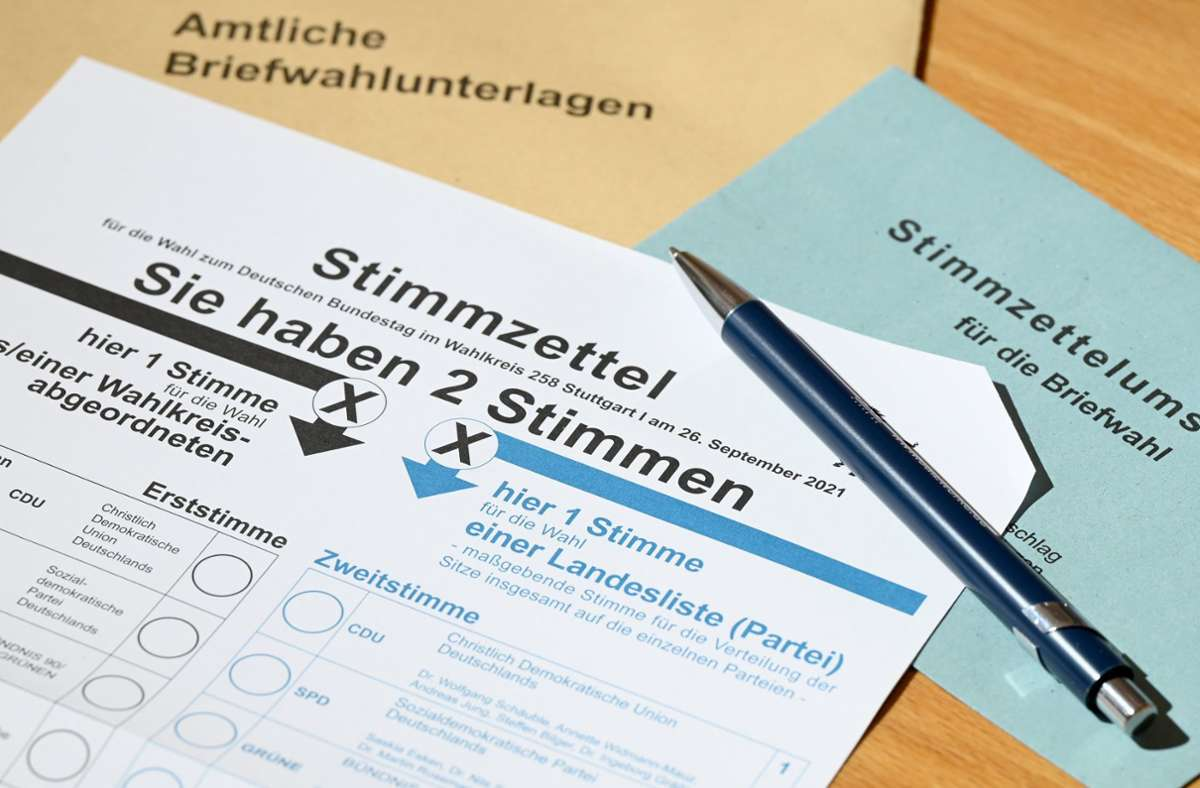 Daheim ausfüllen ist bequem und sicher – das gefällt vielen Wahlberechtigten. Foto: dpa/Bernd Weißbrod
